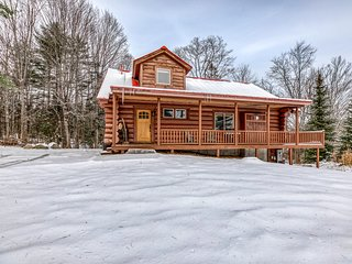 Airy lodge w/hot tub & wrap-around deck, 1 mile to skiing!