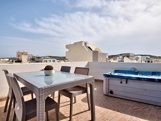 Off the Beach St Paul's Penthouse with Jacuzzi & Views