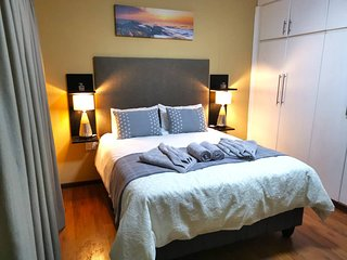 Relax at an Elegant Private Room - Own Entrance I - Close to Airport, Bush Trips