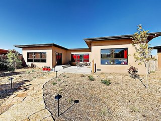Secluded Desert Oasis 2BR w/ 2 Patios & Mountain Views - 6 Miles to Plaza