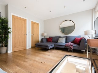 The Escalier Mews - Stunning 3BDR Mews Home Flooded with Natural Light