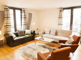 The Holborn Lights - Modern 3BDR Home with Rooftop Terrace & Garage