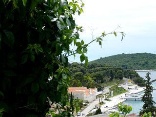 Maslinica Apartment Sleeps 5 with Air Con and WiFi - 5463984