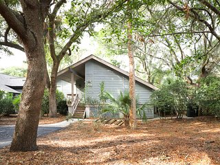 Woodland home w/ large back deck - 150 yards to the beach!