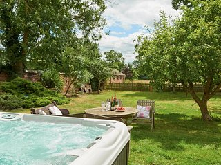 Party Farmhouse with outdoor hot-tub, sleeps 24. Feed the Alpacas for free!