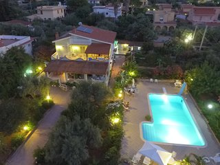 Panoramico appartamento in villa con piscina e giardino Wi-fi