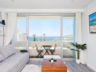 Panoramic Ocean Views in Stylish Manly Apartment