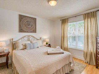 Adorable suite!! Minutes to Downtown and Beach, Balcony, New and Fresh, FREE Att