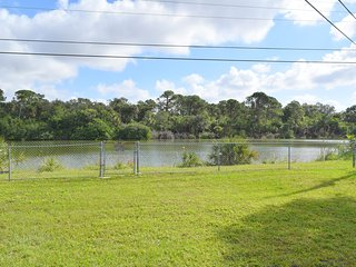 2/2 POND FRONT, ONLY 10 MINS FROM ENGLEWOOD BEACH