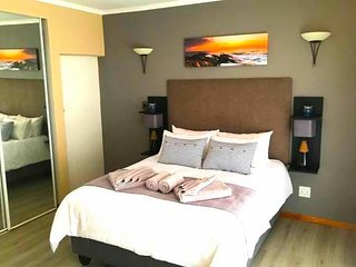 Unwind in a Modern Private Room - Own Entrance III - Close to Airport