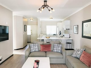 Sue's Place - ♥ of River Club, Pool, Tennis Courts + WIFI, Netflix, DSTV