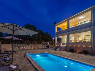 Luxury holiday house - private pool, outdoor shower, barbecue, private parking