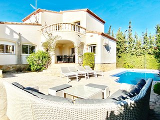 Villa Dominique 10mins walk to beach & private pool WIFI