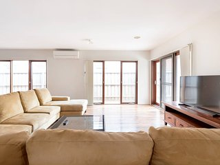5br Luxury House 20 Min To Cbd Spacious Living