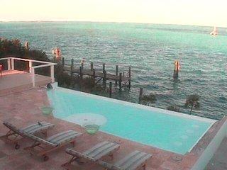 Copasetic Villa w/Infinity Edge Swim Up Pool Bar & Dockage for up to 160'