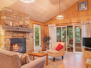 Dog-friendly, private, and cozy cottage with lakefront access