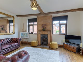 City Centre. Sleeps 8. 18th Century Charm with Parking for 2 Cars.