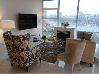 5 Star Luxury waterfront private Room with Breakfast in heart of downtown