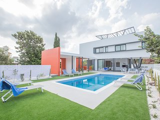 Colours Villa 3. New, 3 Bedroom Villa with Pool in the Center