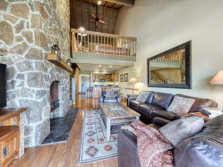 Golf course front Sunriver condo w/ three fireplaces, shared pool, & hot tub