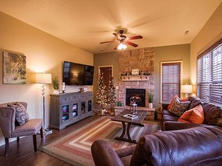 Gorgeous Christmas ready 2 Bedroom Villa right by Ledgestone Course!