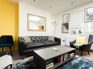 The College Green Place - Elegant & Contemporary 2BDR Home