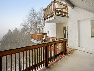 Mountain view condo w/ shared pools, hot tub & sauna - 1/2 mile to lifts!