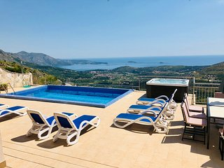 Villa Cruz -stunning views with private pool, jacuzzi and extensive patio.