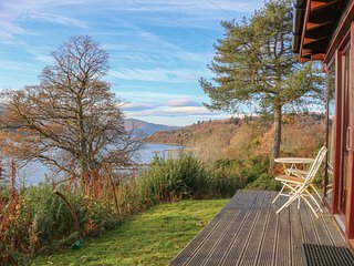 STAFFA, pet-friendly quality cabin, loch views, deck, WiFi, Strontian Ref 926249