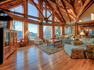 Marvelous log home w/spectacular lake views, hot tub, 2 fireplaces, & pool table