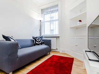 Cosy 2 Bed in Baker Street (Minimum 3 Months)