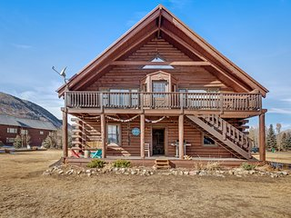 Cozy mountain cabin w/ covered porch, private grill. Amazing views!