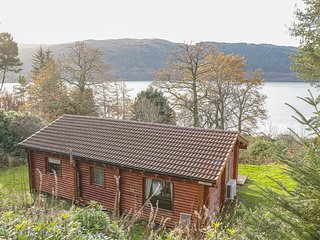 JURA, quality cabin with loch views, WiFi, deck, close amenities, Strontian Ref