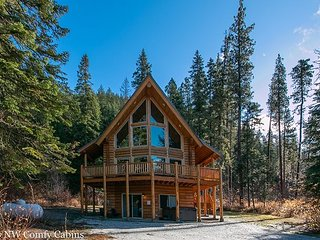 Stunning lodge,private, hot tub, Fido OK and just 15 minutes to Leavenworth!