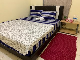 Cosy Queen Bedroom with Wifi and Aircon in Damansara Damai