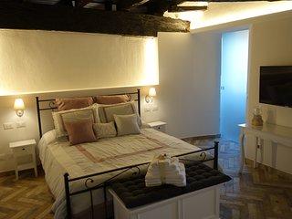 Camera da letto matrimoniale,fornita di armadio a due ante, comodimi, scrittoio, specchio, TV