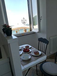 zona colazione con vista lago