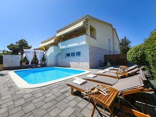4* Villa Carina with heated pool