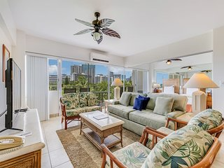 Ideal for Family/Friends! Open Kitchen, Free WiFi, Washer/Dryer–Waikiki Shore