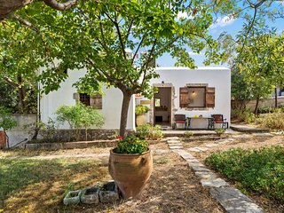 Sculptors Cottage in Aptera village with sea views and pool