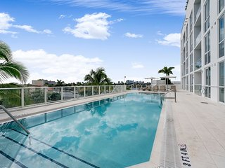 Beach GetAway 1 Bedroom Condo w/ Den,Pool&Spa,Gym