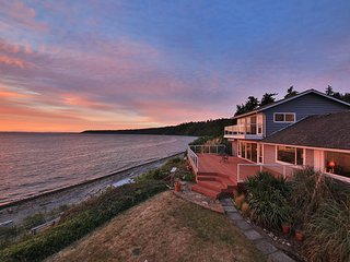 Westside waterfront paradise w/private beach, great deck & Sound views - dogs OK