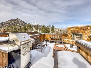 Spacious, Modern Townhome, w/ Private Rooftop Fireplace! Near Main St.