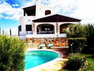 Villa sobre un acantilado, vistas mar y piscina y jardín privado. 6 personas