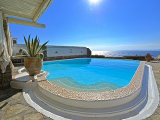 Villa on the waterfront with a swimming pool and direct access to the sea