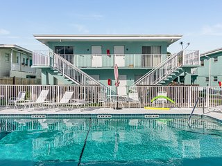 Snowbird-friendly, corner condo w/ balcony & pool view - a block from the ocean