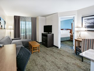 Great for Business Travelers! Air-Conditioned King Suite + FREE Buffet Breakfast
