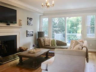 Palisades/Kent - lovely 2BR + Family Room, 3-1/2 bath home HOLIDAY RENTAL