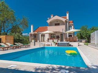 Awesome home in Donji Zemunik w/ Outdoor swimming pool, WiFi and 4 Bedrooms (CDA