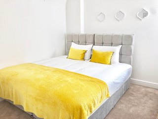 KVM - Mill Yard Apartment - sleeps 8, central location - free off road parking